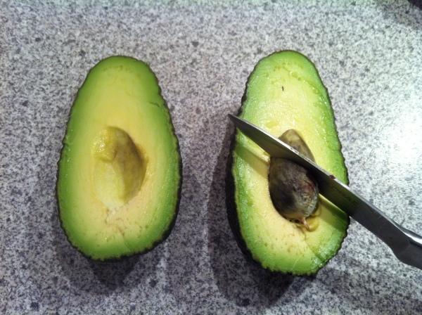 Sådan fjernes en avocado sten