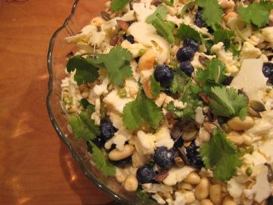Blomkål med dijon-mayo, bønnespirer, blåbær, peanuts og koriander