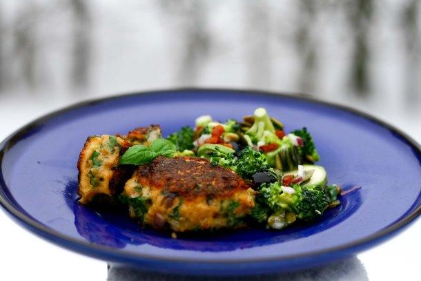 Laksefrikadeller med broccolisalat