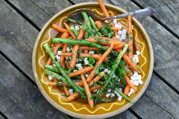 Grillsalat med asparges og babygulerødder