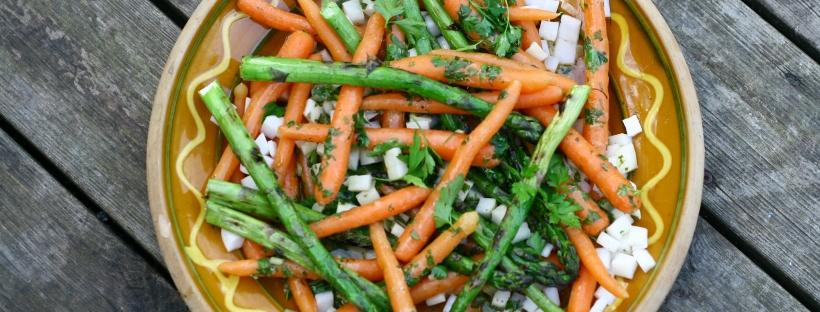 Grill salat med grønne asparges, baby gulerødder og kinaradise i persillevinaigrette – Ravfood