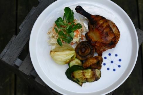 Barbecuemarinerede andelår på grill med grøn coleslaw
