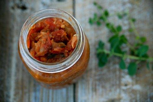 Italiensk tomatchutney med hvidløg og friske krydderurter