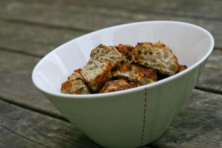 Frikadeller stegt i ovn med grønt og verdens bedste (og nemmeste) tomatsauce.