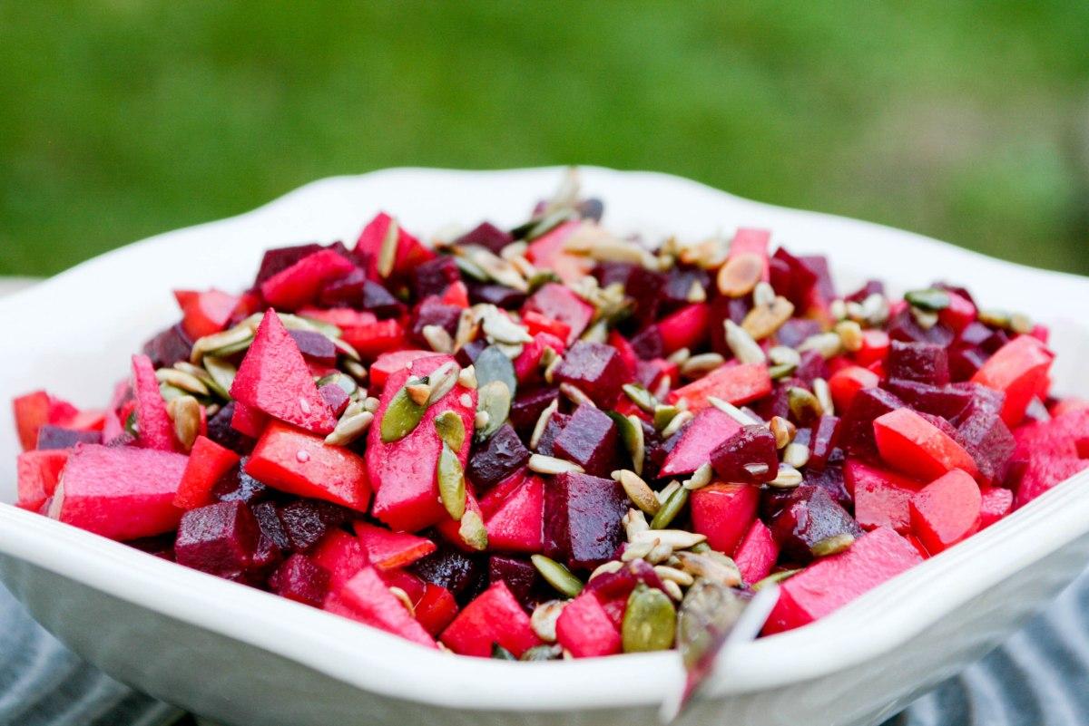 Salat med gulerødder, æbler og rødbeder
