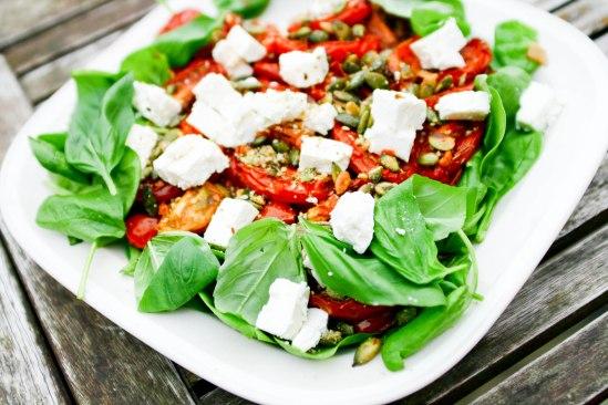 Salat med spinat, feta og langtidsbagte tomater
