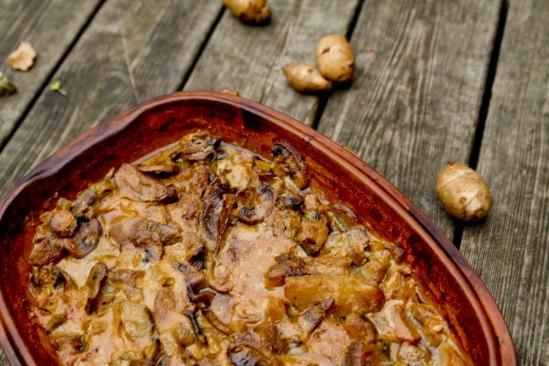 Mørbrad i fad med jordskokker, champignon og sennepsauce