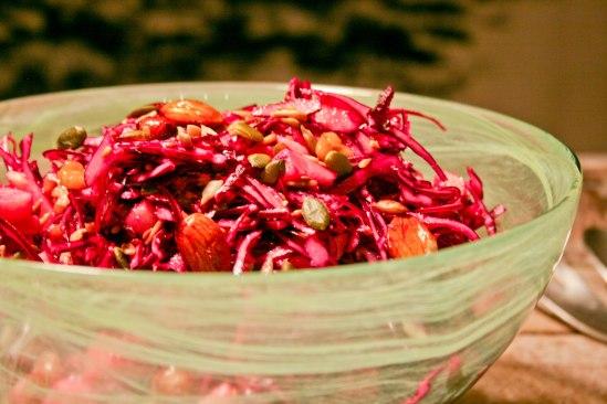 Rødkålsalat med æble, peberrod og syltede nødder