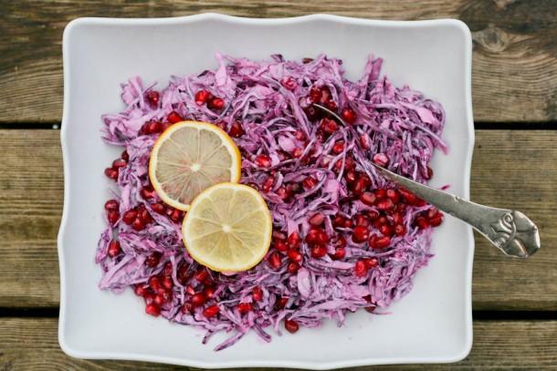 Pink coleslaw med granatæblekerner