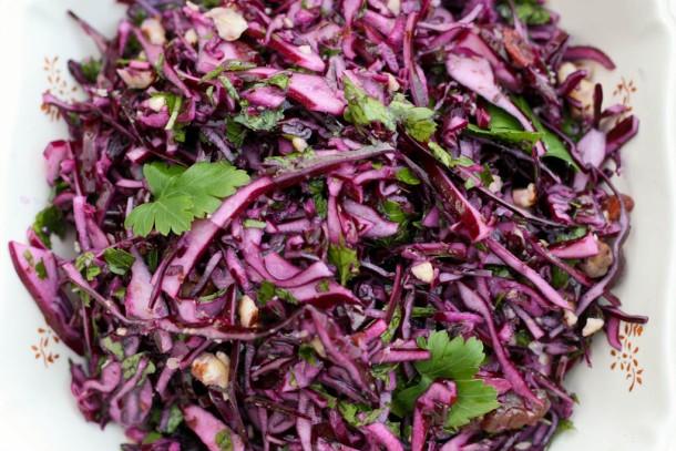 Rødkålsråkost med persille, abrikos og hasselnødder