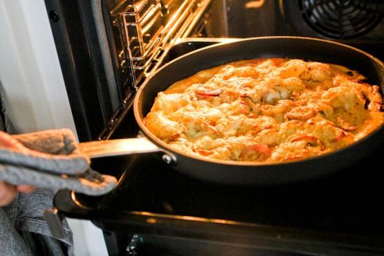 Frittata med løg, mozzarella og proscuitto