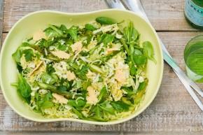 Salat med spidskål, grillede asparges ogparmesanchips