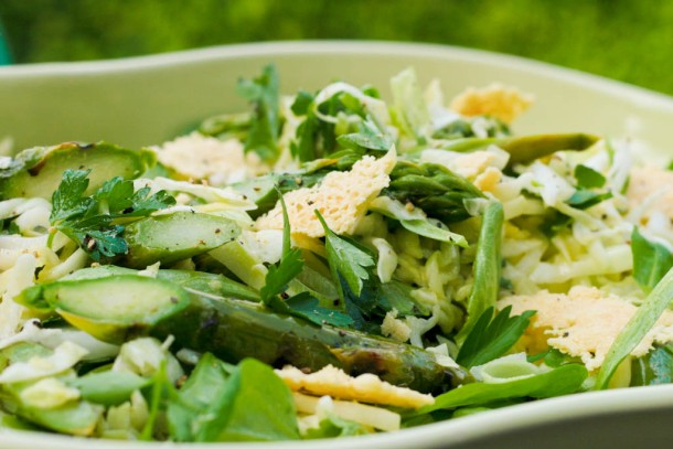 Spidskålsalat med grillede asparges, kørvel og parmesanchips