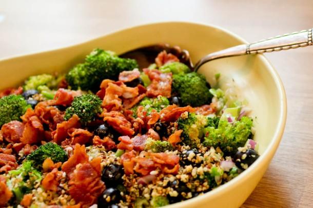 Broccolisalat med bacon, blåbær og ristede hampefrø