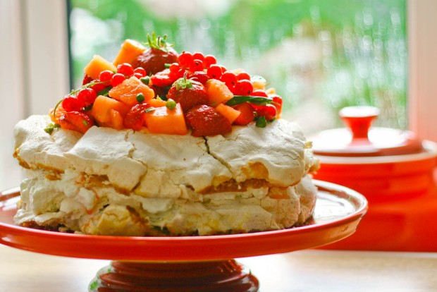 Marengslagkage med limefløde og melonsalat