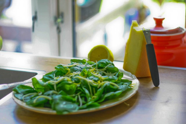 Spinatsalat med revet parmesan, citron og basilikum