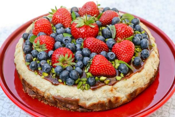 Cheesecake med karamel og sommerbær