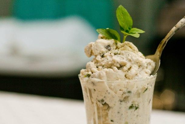 Skyr is med mynte, chokolade og pistaciekerner