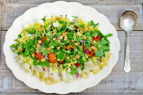 Frokostsalat med hellefisk, æg og bagte tomater