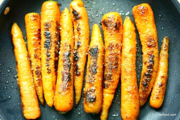 Kinakål med brændte gulerødder og sprøde ærter