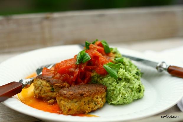 Tunfrikadeller med broccolimos og tomatsauce