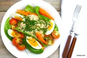 Ørredmousse med æg ogbidegrønt