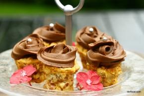 Små nøddemuffins med frosting af chokolade ogkaffe