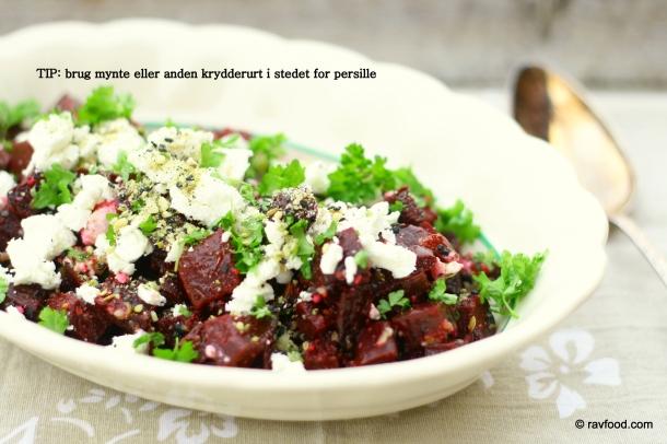 Bagt rødbedesalat med feta, hvidløg og persille