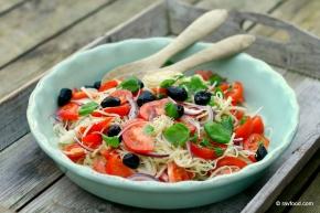"""Pastasalat"" med kinaradise, tomat, rødløg ogbasilikum"