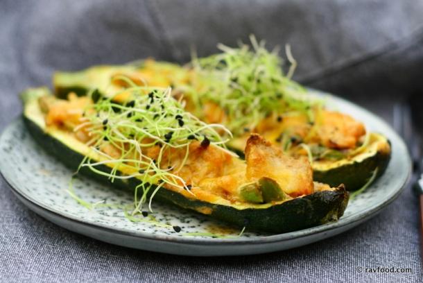 Ovnbagte squashbåde med kylling og asparges