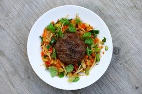 Grillet hakkebøf medlyngrøntsager