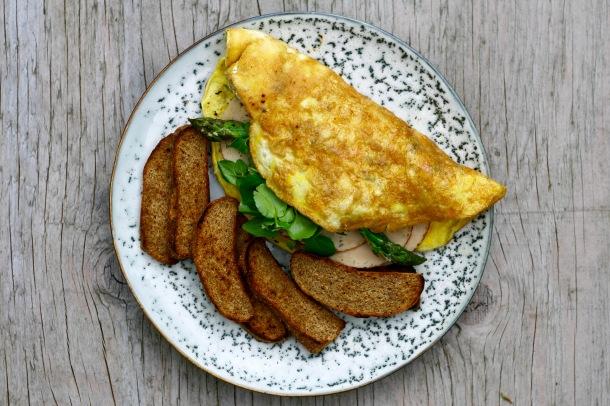 Omelet med skinke, asparges og rugbrødschips