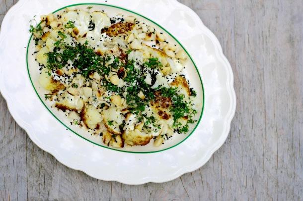Bagt blomkål med macadamia, karse og sennepscreme