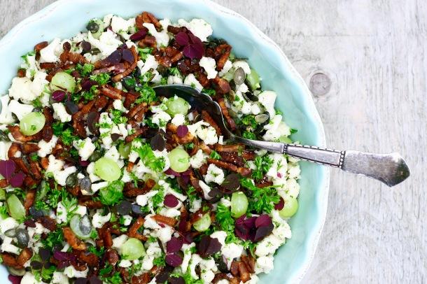 Blomkålsalat med bacon, græskarkerner og vindruer