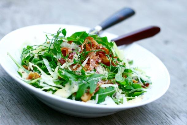Bacon & cheese salat med vinaigrettedressing med bagte hvidløg