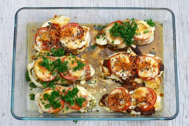 Kylling med 2 slags pesto, tomat og ost