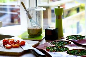 Grønkålstærte med skinke, løg og hytteost.