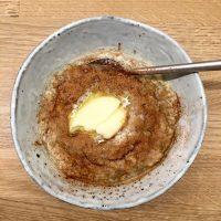 Varm chiagrød med kanelsukker og smør